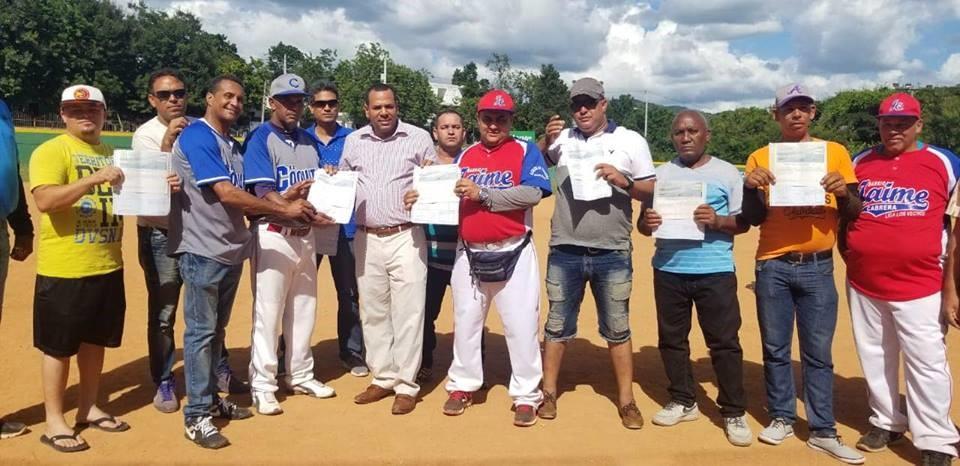 Anyolino entrega RD$87,000 a Liga Los Vecinos